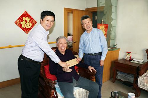 市工信局与集团公司领导慰问优秀共产党员及省级劳模